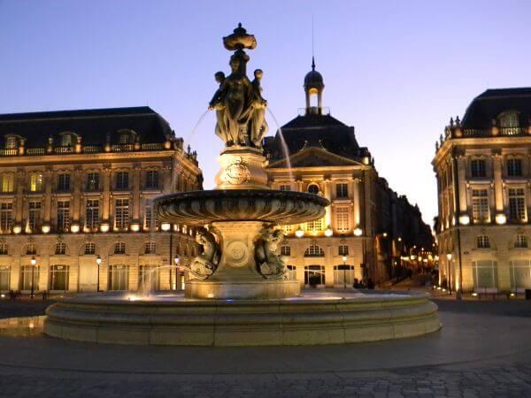 Découvrez Bordeaux, la ville du vin, des demeures traditionnelles en pierre et des terrasses
