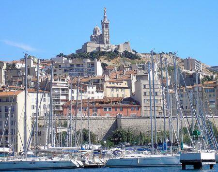 le-vieux-port-et-notre-dame-de-la-garde-Marseille sud de la France