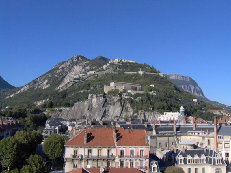 Grenoble, au pied des montagnes de la région Rhône-Alpes du sud-est de la France