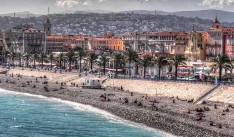 Nice, station balnéaire sur la Côte d'Azur et la porte vers l'Italie